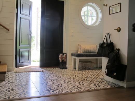 Hall med svart dörr och marockansk kakel